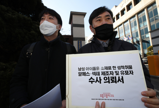 Two politicians from the People Power Party—Ha Tae-keung, right, and Lee Jun-seok, a former member of the Supreme Council of the party—answer questions from the press before they file for a police investigation into RPS creators and distributors at the Yeongdeungpo Police Precinct in western Seoul. [YONHAP]