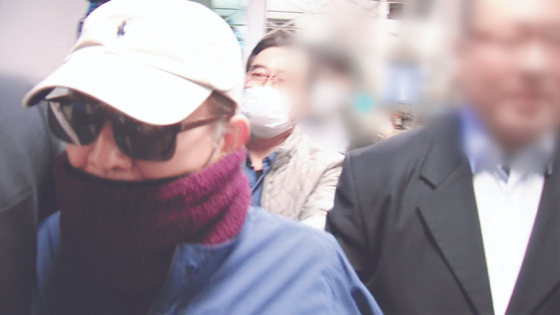 Former Justice Minister Kim Hak-eui is escorted by authorities after being stopped from boarding a plane to flee the country in March 2019. A whistleblower claims the travel ban was issued on illegal grounds. [JTBC SCREEN CAPTURE]