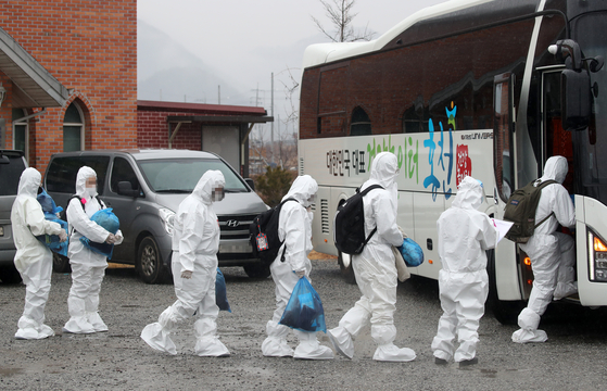 Students from the IEM School in Daejeon, who were found to be infected with Covid-19 while visiting a church in Hongcheon, Gangwon, board a bus to be transported to a treatment facility in nearby South Chungcheong Tuesday. [YONHAP]