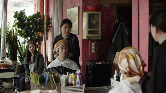 Min-kyu and Han-na finally come across Joo-hee's birthmother. [CINEMADAL]