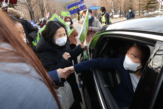 Outgoing Justice Minister Choo Mi-ae, right, shakes hands with her supporters on Wednesday as she leaves the government complex in Gwacheon, Gyeonggi, right after having a farewell ceremony in the Justice Ministry office. [YONHAP]
