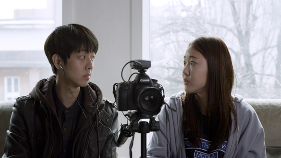Actors Eun Hae-sung, left, and Oh Ha-nui as Min-kyu and Han-na, who work on independent documentaries together. [CINEMADAL]