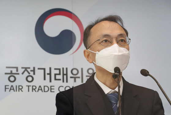 Hwang Yoon-hwan, an offical at the Fair Trade Commission holds a press breifing at the government complex in Sejong on Wednesday related to video streaming services customers refund. [YONHAP]