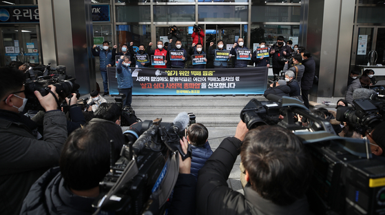 Participants at a press conference for the general strike of the Taekbae Union, which represents delivery workers, chant their slogans in front of Hanjin Transportation headquarters in Jung District, central Seoul, on Wednesday. The union said it will strike starting Friday because Hanjin violated an agreement signed last Thursday, which transferred the job of parcel sorting to the company. [YONHAP]
