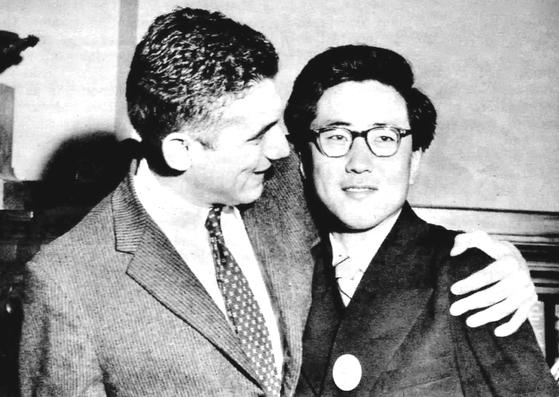 Jurnalistul american Barry Farber și studentul nord-coreean Zang Gi-hong care au ajutat luptătorii pentru libertate în timpul Revoluției maghiare din 1956. [HUNGARIAN EMBASSY]