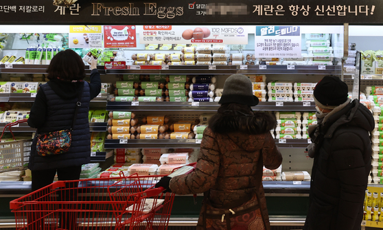 Customers shop for eggs at a discount mart in Seoul on Wednesday. [YONHAP]