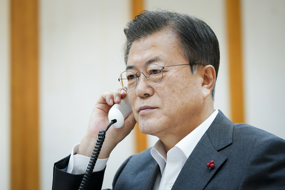 President Moon Jae-in on Tuesday talks to Chinese President Xi Jinping from the Blue House.  [YONHAP]
