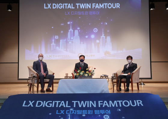 Kim Gi-seoung, vice president of LX, a state-backed land information company, center, and Choi Myung-kyu, vice mayor of Jeonju, right, attend a press event at LX in Jeonju, North Jeolla, on Tuesday to promote digital twin technology. [MOLIT]