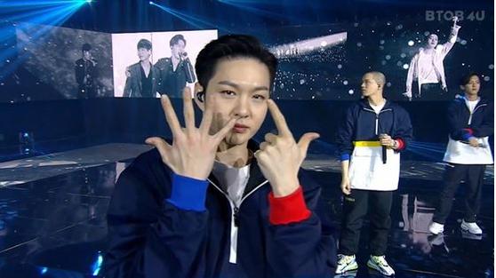 BTOB member Lee Chang-seob holds up seven fingers during BTOB 4U's online concert on Jan. 23. [SCREEN CAPTURE]