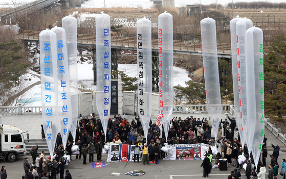 A North Korean defectors' group prepares to dispatch balloons carrying propaganda leaflets to North Korea from the Imjin Pavilion near the border in 2011. [KANG JUNG-HYUN]