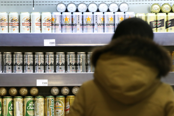 Japanese beers on sales at a discount mart in Seoul on Thursday. [YONHAP]
