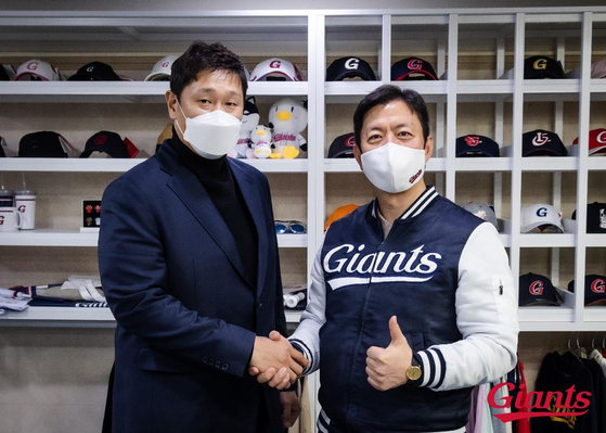 Lee Dae-ho, left, poses for a photo after re-signing with the Lotte Giants. [YONHAP]