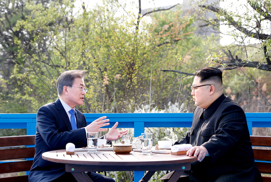 President Moon Jae-in, left, and North Korean leader Kim Jong-un hold one-on-one talks on a footbridge in the truce village of Panmunjom on April 27, 2018. [YONHAP]
