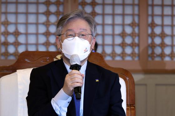 Gyeonggi Gov. Lee Jae-myung at a press conference in Gwangju on Jan. 29. [YONHAP]