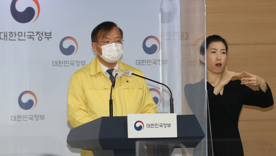 Vice Health Minister Kang Do-tae announces that the current social distancing scheme will be extended for another two weeks, through the Lunar New Year holiday, in a press briefing at the government complex in central Seoul Sunday. [YONHAP]