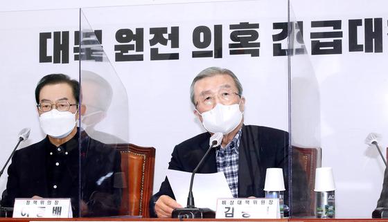 오른쪽 김정인 인민 전력 당 의장 대행이 일요일 서울 서부 국회에서 한국 정부가 2018 년 북한에 원자력 발전소를 건설하기위한 비밀 계획을 수립했다는 의혹에 대해 회의를 열고있다 .  . [OH JONG-TAEK]