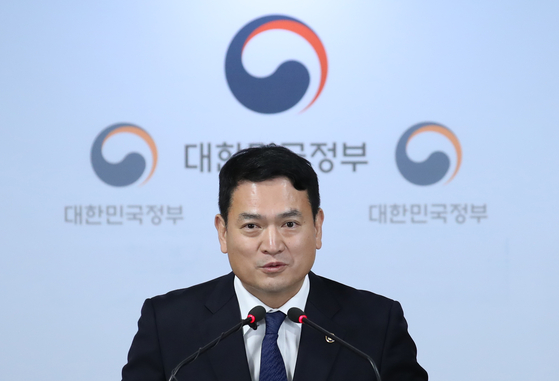 Kim Kyung-wook, a former vice land minister, in a briefing in 2019. Kim is taking office as chief of Incheon International Airport Corporation on Tuesday. [YONHAP]