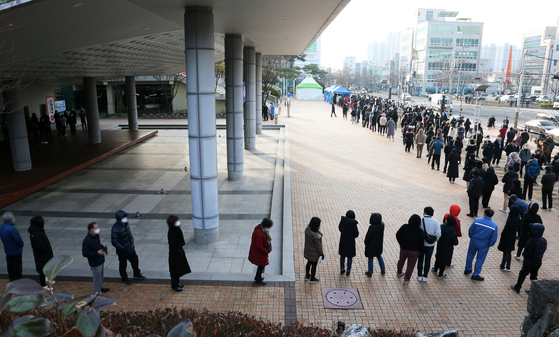 Pohang residents line up to be tested in front of the City Hall on Jan. 27, after the city government issued a directive ordering at least one person per household to be tested by Feb. 4. [YONHAP]