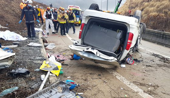 A van overturns Monday morning on an exit ramp off the Dangjin-Yeongdeok Highway in Sejong. Seven of the 12 on board were killed. The passengers were mostly Chinese laborers employed by a ferroconcrete company. [NEWS1]
