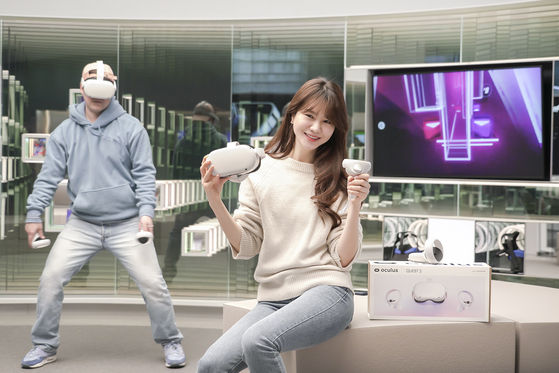 Models demonstrate Facebook's Oculus Quest 2, which will go on sale on Tuesday. [SK TELECOM]