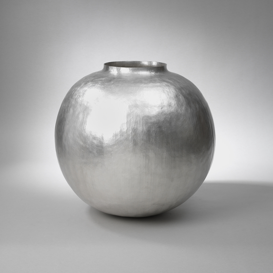 A silver moon jar by artist and silversmith William Lee now on view at Huue Craft Seoul gallery in the Shilla Hotel, central Seoul. [WILLIAM LEE]