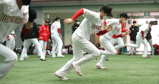 The Wyverns flew to Seogwipo on Jeju Island for their spring training. [YONHAP]