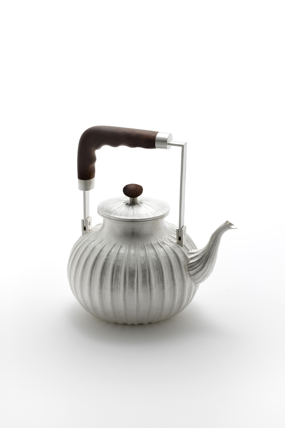 A silver teapot by artist and silversmith William Lee now on view at Huue Craft Seoul gallery in the Shilla Hotel, central Seoul. [WILLIAM LEE]