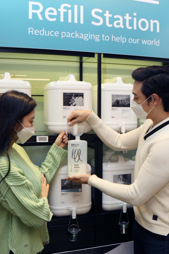 Models introduce an Ecostore Refill Station at Shinsegae Department Store's main branch in Jung District, central Seoul on Monday. Customers can purchase and refill eco-friendly laundry detergent and fabric softener at the station, which is run jointly by Shinsegae and a New Zealand-based environmental detergent supplier. The refill container is made of sugarcane plastic which is 100-percent recyclable. [NEWS1]