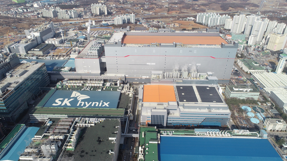 A bird's-eye view of SK hynix's M16 plant in Icheon, Gyeonggi. The chipmaker completed the construction of the new plant on Tuesday. The facility will use extreme ultraviolet lithography to fabricate more advanced chips. The company has invested a total of 3.5 trillion won ($3.1 billion) into the plant and will mainly produce dynamic random-access memory chips. [SK HYNIX]