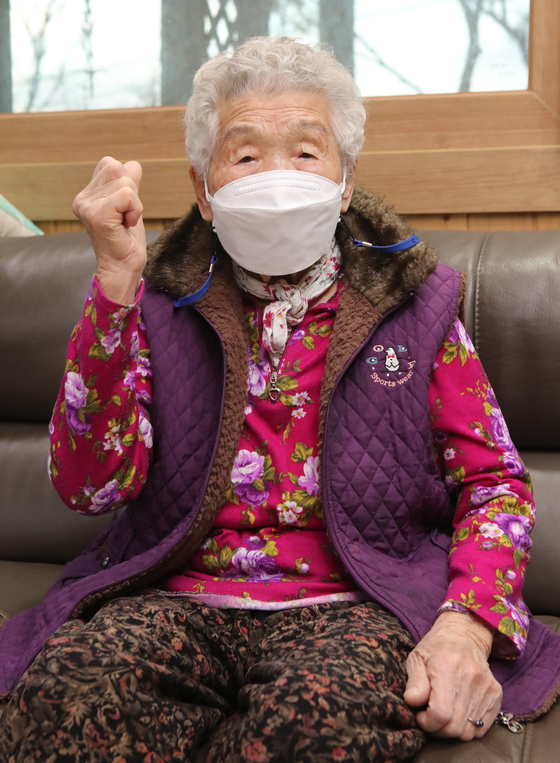 Hwang Yeong-ju, 97 years old, in an interview with the JoongAng Ilbo on Dec. 23. Hwang is the oldest person in Korea to completely recover from Covid-19. [SONG BONG-GEUN]