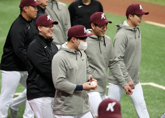 Kim Ha-seong of the San Diego Padres, center, joined the Kiwoom Heroes for spring training at Gocheok Sky Dome in western Seoul. [NEWS1]