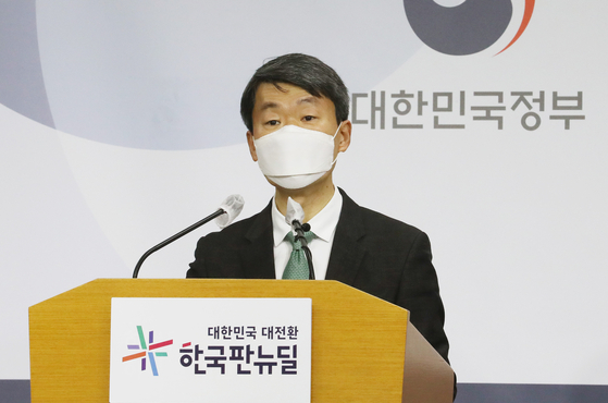 Na Seung-sik, deputy director of trade and investment, at the Ministry of Trade, Industry and Energy, announces January export results at the government complex in Sejong on Feb. 1. [YONHAP]