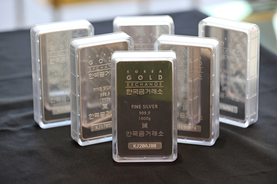 Silver bars are on display at the Korea Gold Exchange headquarters in Jongno District, central Seoul, on Tuesday. The price of silver has been on the rise, along with the stock price of companies related to silver. According to CNBC, the price of silver was at its highest point since 2013 on Monday morning hitting $29.7 per ounce. [YONHAP]