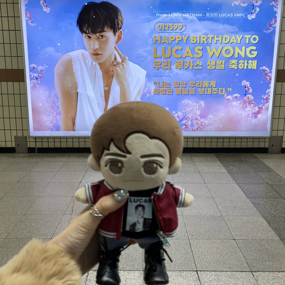 Fans take pictures of birthday ads in subway stations or other places as a part of the birthday tours. [SCREEN CAPTURE]