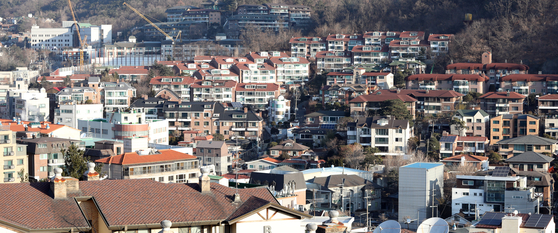A neighborhood filled with villas, or older buildings with fewer than five stories, in Seoul on Tuesday. The value of villas has spiked to the highest rate in 11 years following the news that the government will develop regions near transportation hubs as part of its new set of real estate measures to be announced later this week. [YONHAP]