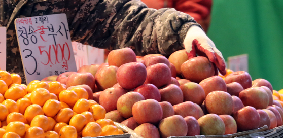 Apples sold at a store in Mangwon market in Seoul on Tuesday. Apple prices have risen 45 percent year-on-year. [YONHAP}