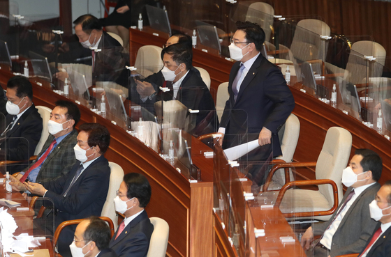Rep. Kim Sung-won, deputy floor leader of the main opposition people Power Party, stands up from his seat to lodge a complaint to ruling DP Chairman Lee Nak-yon as Lee attacks the opposition during his speech at the National Assembly.  [YONHAP]