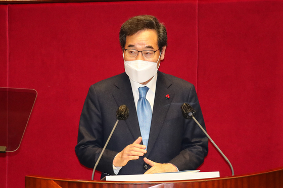 Chairman Lee Nak-yon of the ruling Democratic Party (DP) gives a speech at the National Assembly on Tuesday.  [NEWS1]