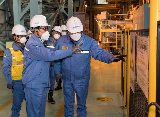 Posco CEO Choi Jeong-woo tours the steelmaker's steel mill in Gwangyang, South Jeolla. [POSCO]
