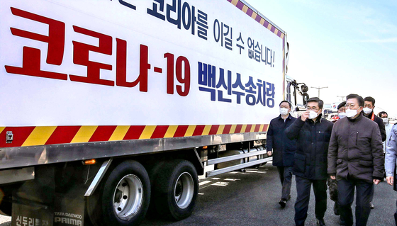 President Moon Jae-in observes a mock drill simulating the transportation of Covid-19 vaccines from a cargo terminal station at the Incheon International Airport Wednesday with the cooperation of military and police. [JOINT PRESS CORPS]