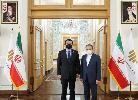 Korean First Vice Foreign Minister Choi Jong-kun, left, and Iranian Deputy Foreign Minister Seyed Abbas Araghchi pose for a photo on Jan. 10 during talks in Tehran. [IRAN'S FOREIGN MINISTRY]