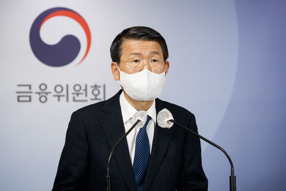 Financial Services Commission Chairman Eun Sung-soo announces the financial authority's decision on the short selling at the government complex in Seoul on Wednesday. [YONHAP]