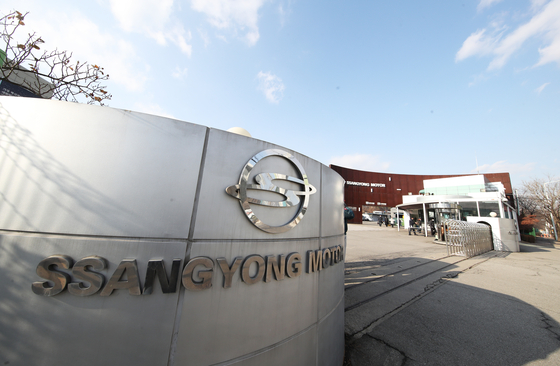 SsangYong Motor's factory in Pyeongtaek, Gyeonggi, on Wednesday. The cash-strapped automaker said in a filing Tuesday that it will halt operations of its factory Wednesday through Friday. The stoppage comes as some part suppliers stopped delivering parts due to lack of payment. [YONHAP]