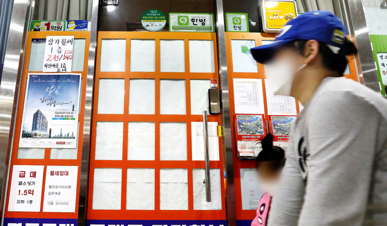 The window display of a real estate agency in downtown Seoul in October. Apartment prices have been rising rapidly since the tenant protection laws went into effect in July 2020, and even younger people are scrambling to buy property. [NEWS1]