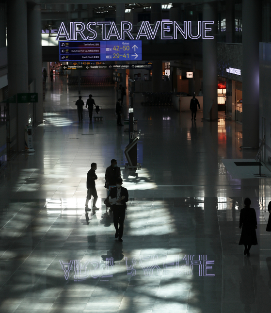 The duty-free section at Incheon International Airport Terminal 1 stands empty on Thursday. As the pandemic continues, the number of visitors to the airport has decreased for 12 months straight. Current duty-free licenses are set to expire by the end of February. [NEWS 1]