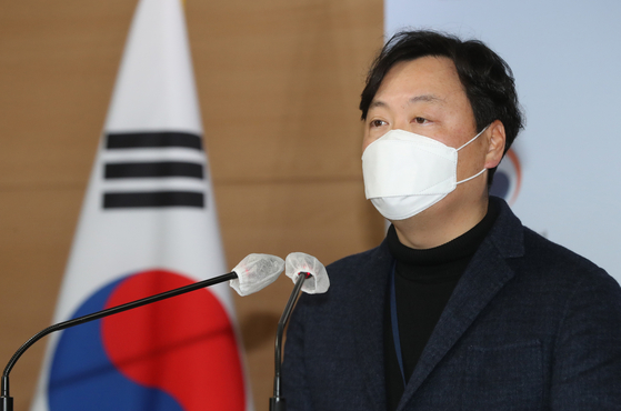 Shin Hee-dong, spokesman for the Ministry of Trade, Industry and Energy, gives a briefing on Sunday.  [YONHAP]