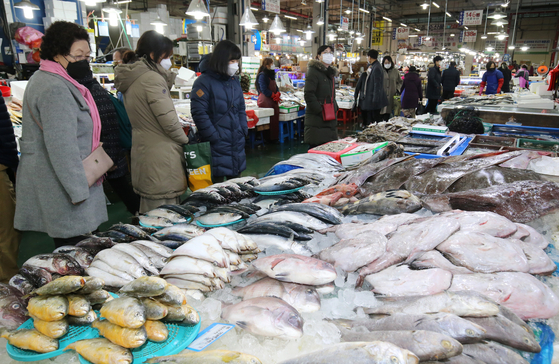 Visitors to the agro-fishery market in Ojeong-dong in Daejeon shop for fresh food on Thursday to prepare for the Lunar New Year holiday next week. [NEWS 1]
