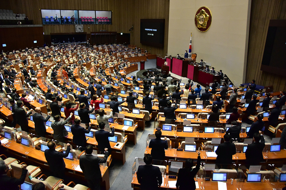 After the ruling Democratic Party (DP) and its allies pass a motion to impeach a sitting judge, lawmakers of the opposition People Power Party (PPP) stand up to denounce the unprecedented move.  [NEWS1]
