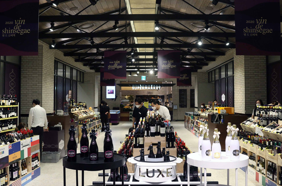 Customers shop for wine at Shinsegae Department Store's main branch in Jung Distrct, central Seoul. [SHINSEGAE DEPARTMENT STORE]