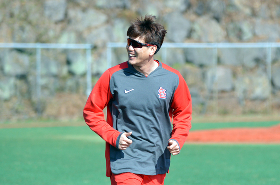 Kim Kwang-hyun of the St. Louis Cardinals trains with the SK Wyverns at the Incheon club's spring training camp in Seogwipo, Jeju, on Wednesday. [YONHAP]